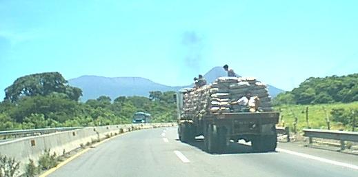 Camion+carga+sacos+y+volcan3m